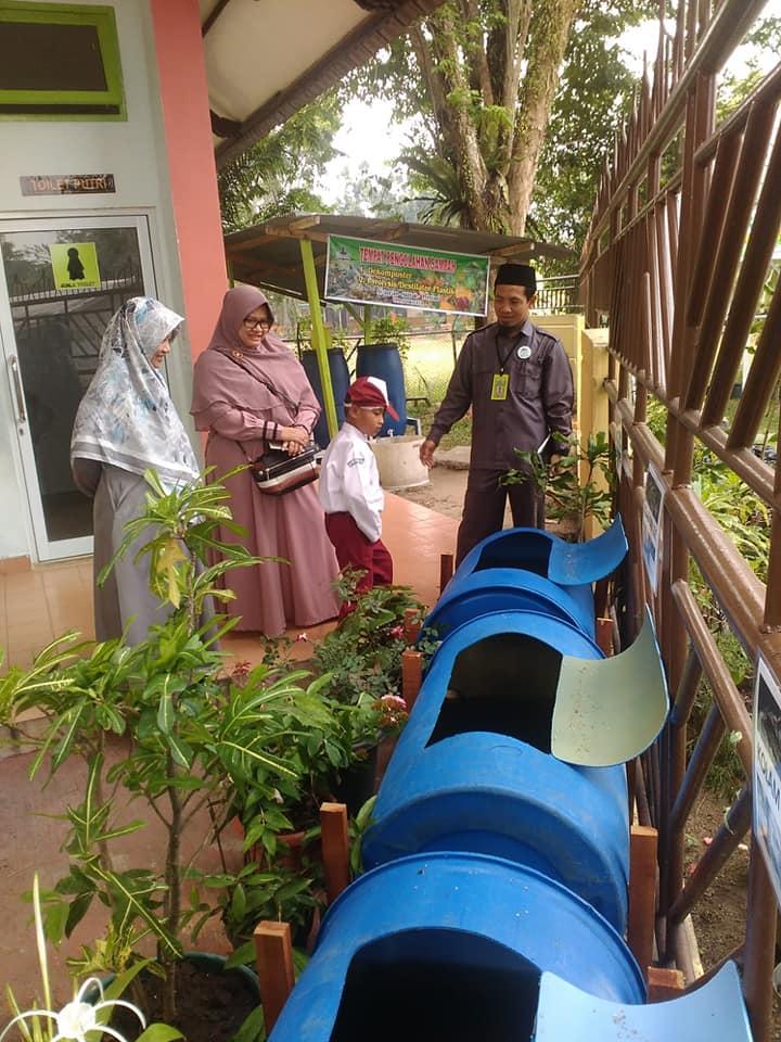 Kepala Sekolah SDIT bersama Dinas Lingkungan Hidup
