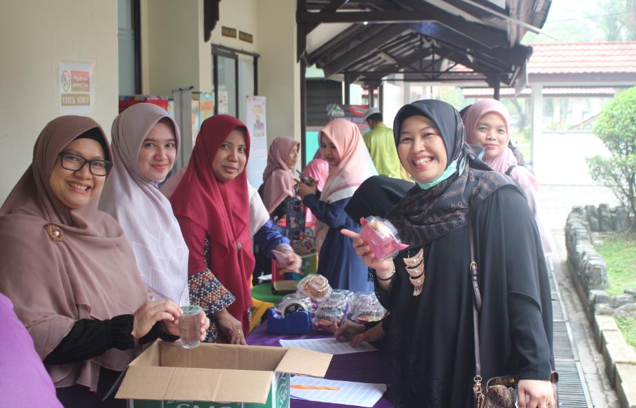ibu walimurid bersama tim registrasi