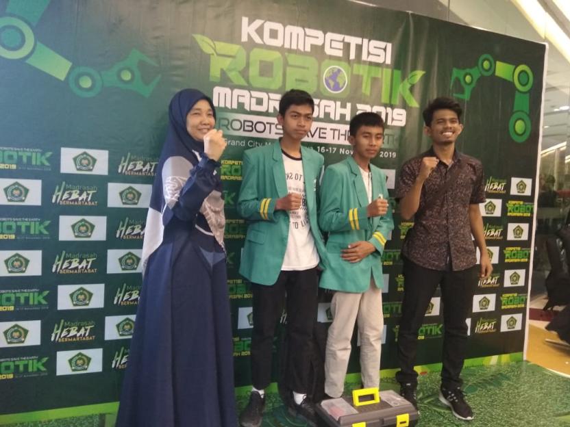 Foto bersama guru dan pelatih robotik MTs Al-Ittihadiyah