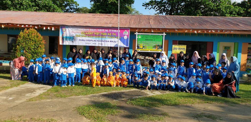 Foto bersama guru dan murid TKIT pada peringatan hari guru nasional 2019