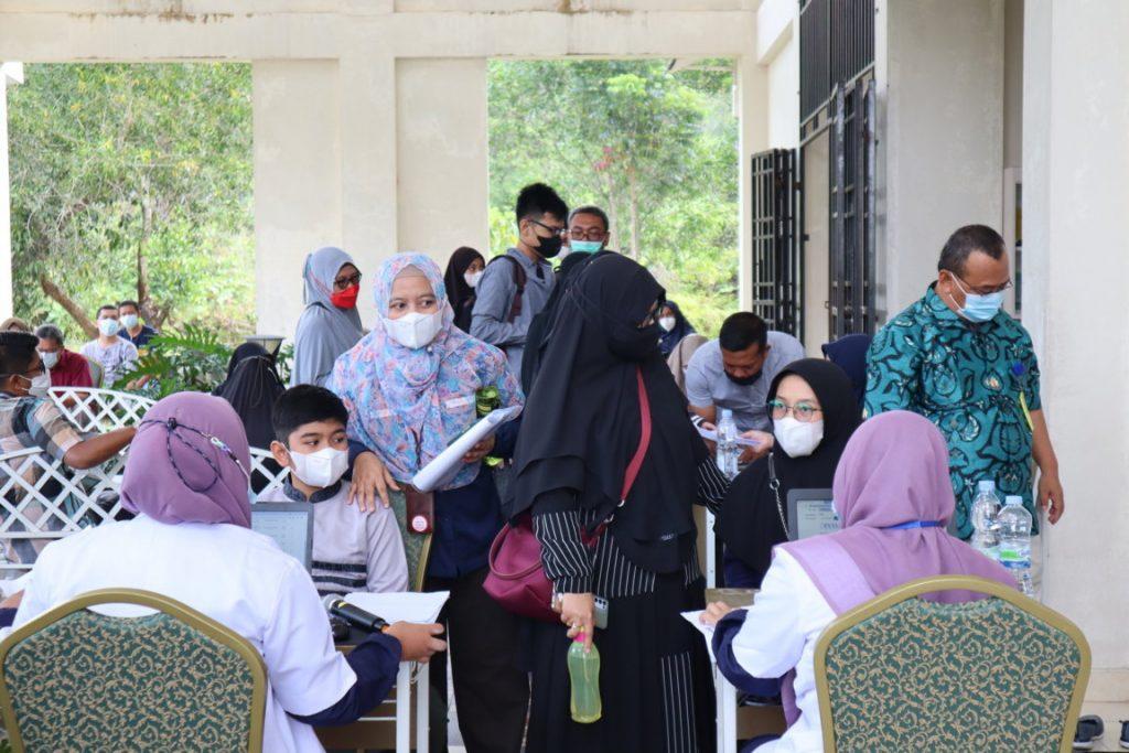 registrasi peserta vaksinasi di dampingi orang tua pelajar