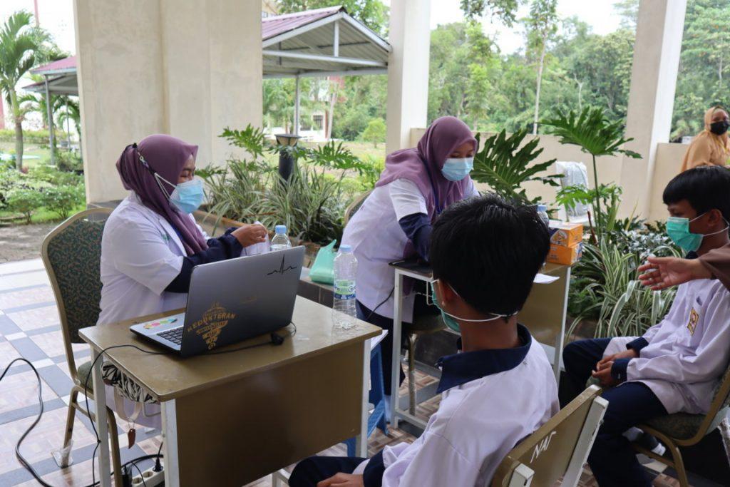 Tim RS. Bhayangkara dan Pelajar SMPIT Al-Ittihad sedang validasi data